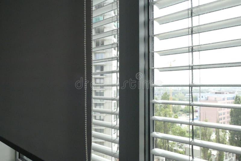 一个窗口马眼罩的细节在办公楼的 免版税图库摄影
