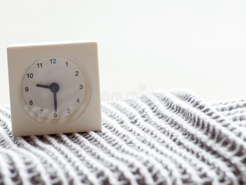 一个简单的白色模式时钟的系列在毯子的, 10/15 库存照片