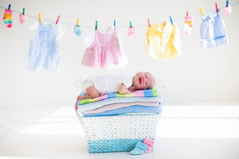 一个篮子的新出生的婴孩与毛巾 免版税库存照片
