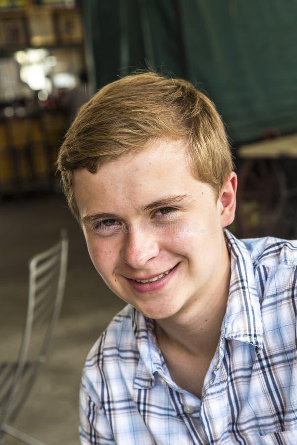 一个精致的青少年的男孩的画象 免版税库存图片