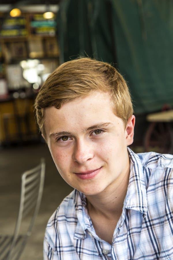 一个精致的青少年的男孩的画象 库存照片