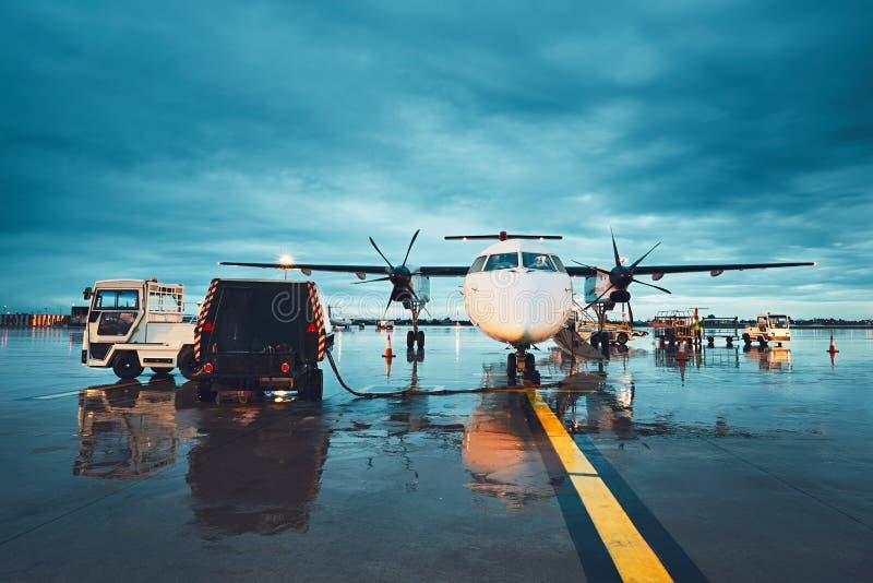 一个繁忙的机场在雨中 免版税库存图片