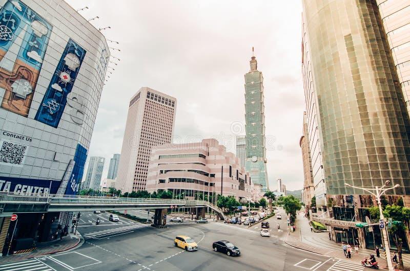 一个繁忙街角的看法在街市台北市在与飞奔的汽车&的公共汽车的下班时间, 库存图片