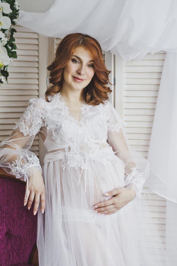 一个红头发人女孩的画象一件透明便服的6830 免版税库存照片