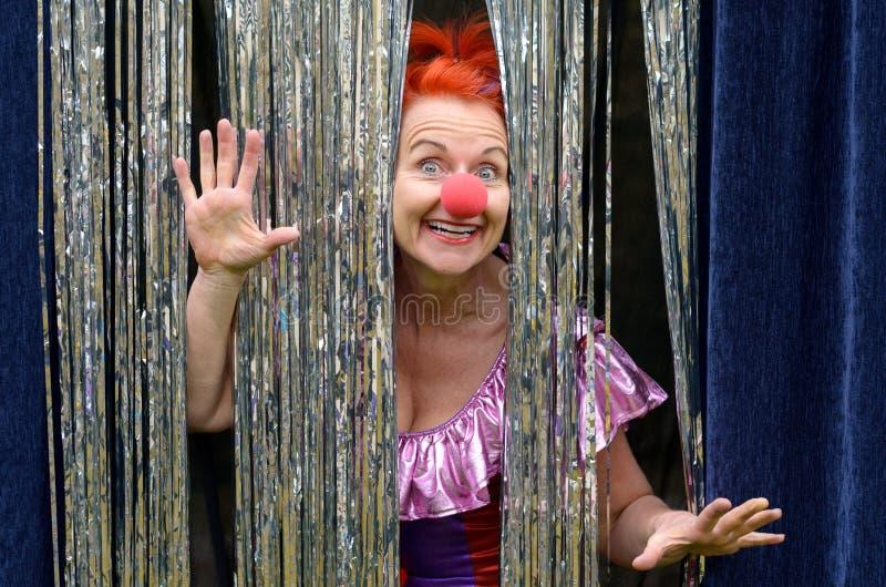 一个红色小丑鼻子的乐趣爱恋的妇女 免版税图库摄影