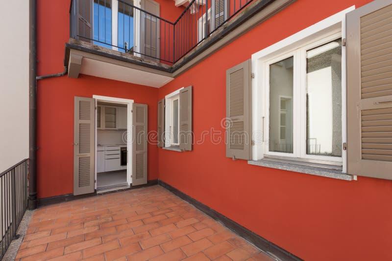 一个红色房子的大阳台 免版税图库摄影