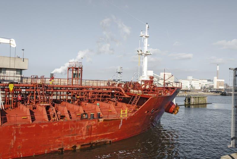 一个红色油槽航行的正面图通过运河 免版税库存图片