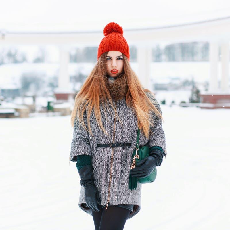 一个红色编织帽子的美丽的妇女和冬天在冬天ba涂上 库存图片