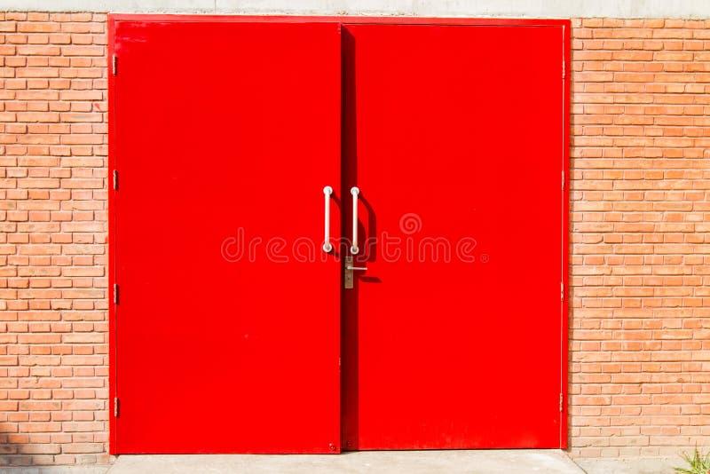 在砖墙的红色门 免版税图库摄影