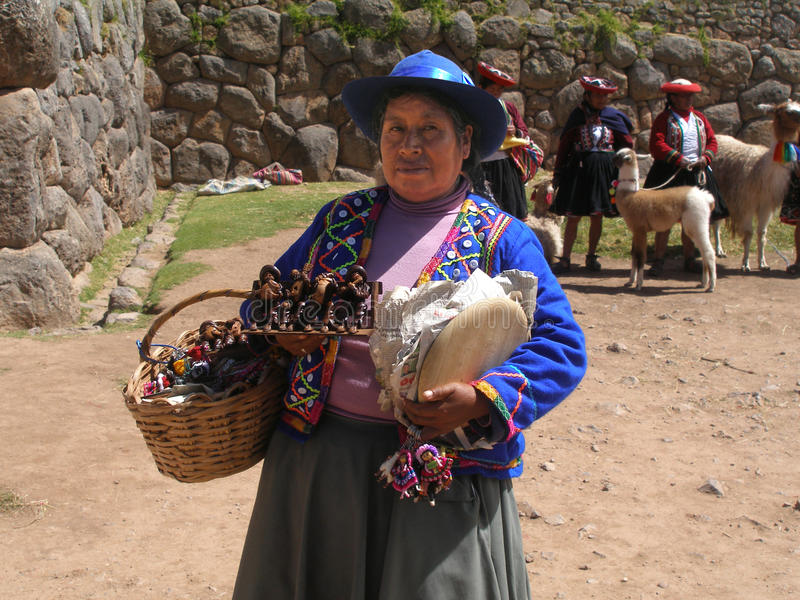 一个纪念品供营商在Saksaywaman,库斯科,秘鲁 免版税库存图片