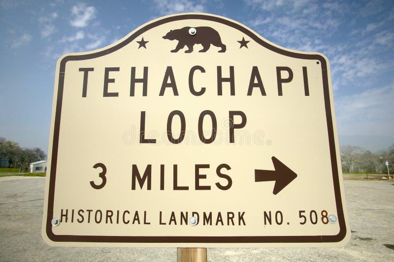 一个纪念碑标志从显示Tehachapi火车圈的1955年在Tehachapi加利福尼亚附近是南Paci的历史的地点 库存图片