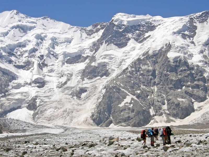 一个组登山家是在山 库存图片