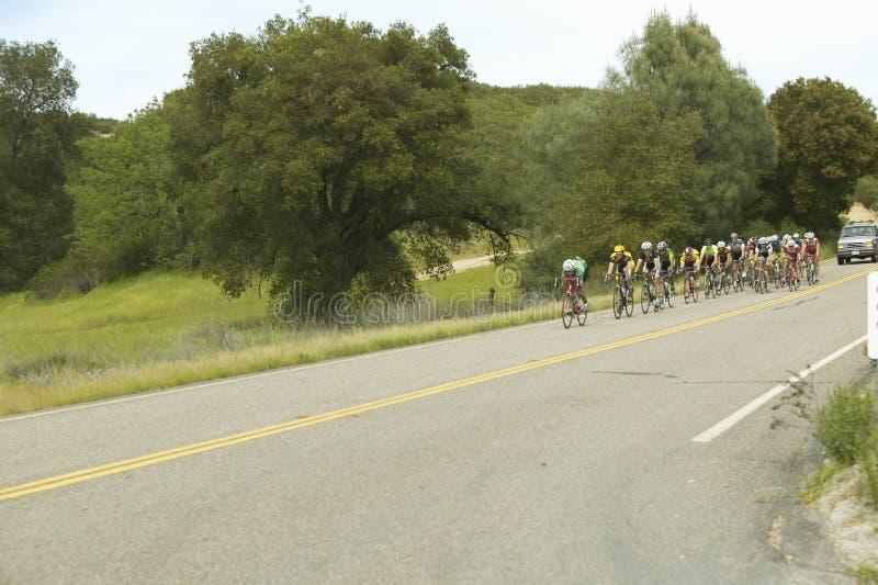 一个组路自行车骑士