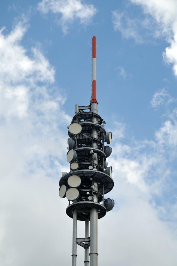 一个细胞塔的上面与抛物面天线的 免版税图库摄影