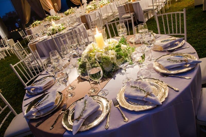 一个结婚宴会、装饰概念婚礼的或社交活动的表 免版税库存照片