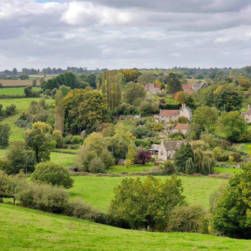 一个绿色叶茂盛谷的村庄 免版税库存照片