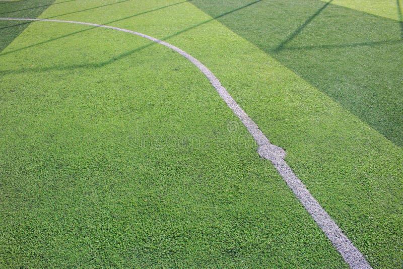一个绿色综合性草运动场的照片与空白线路的从上面射击了 图库摄影