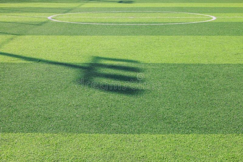 一个绿色综合性草运动场的照片与空白线路的从上面射击了 库存照片
