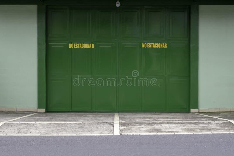 一个绿色闭合的金属门 免版税图库摄影