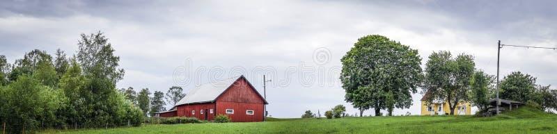 一个绿色领域的经典红色谷仓 库存图片