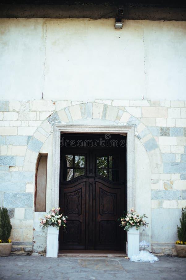 一个罗马式教会的门有花瓶的在边, deco 免版税库存图片