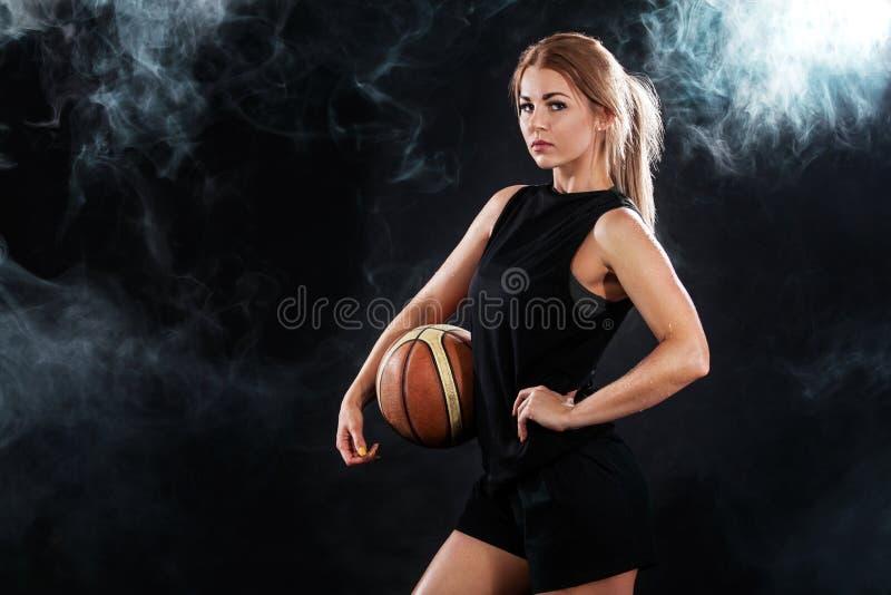 一个美丽和性感的女孩的画象有篮球的在演播室 概念查出的体育运动白色 免版税库存图片