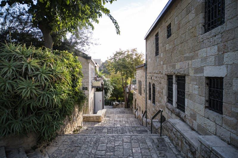 一个美丽如画的中东镇的某一葡萄酒车道 一个老欧洲乡的规则生活 有石头的狭窄的街道 免版税库存图片