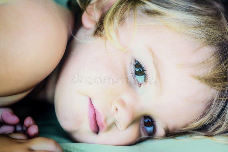 一个美丽的两岁的女孩的画象有金发的 库存照片