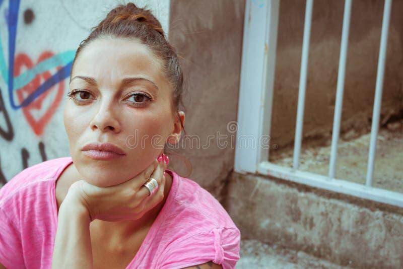 一个美丽的严肃的女孩的画象 免版税库存图片