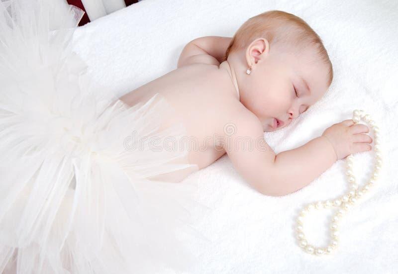 一个美丽的休眠的婴孩的纵向 库存照片