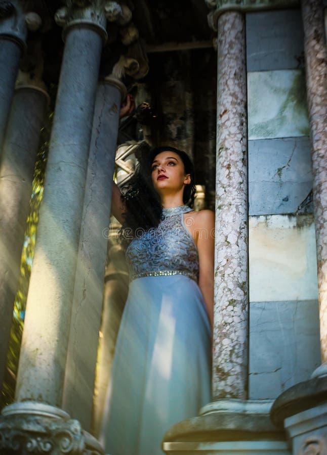 一个美丽的公主正从城堡里望出