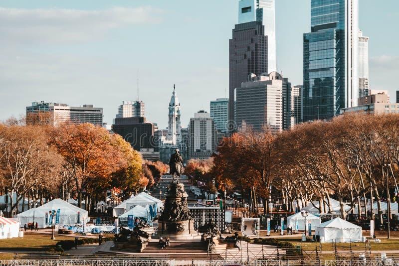 一个美丽的公园和一个雕象在NYC 免版税库存图片