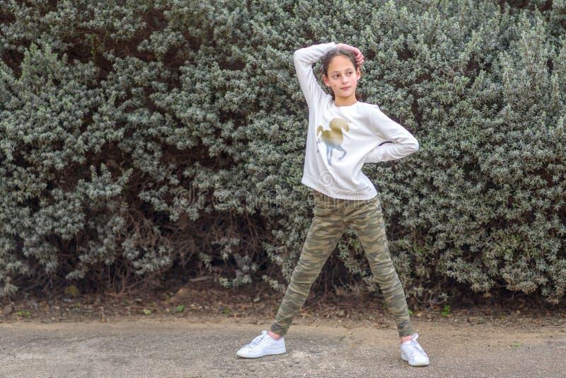 一个美丽的十几岁的女孩的画象 免版税库存图片