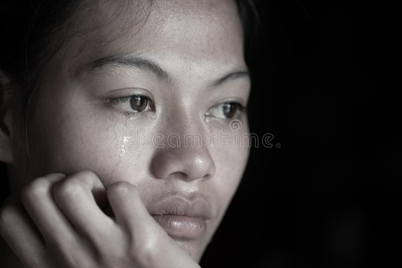 一个美丽的十几岁的女孩的黑白难看的东西图象坐哭泣的地板,家庭问题,性冷感, 图库摄影