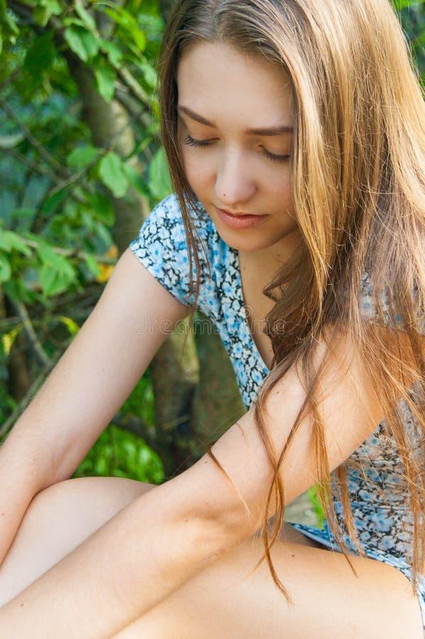 一个美丽的十几岁的女孩的画象在街道上的 库存图片