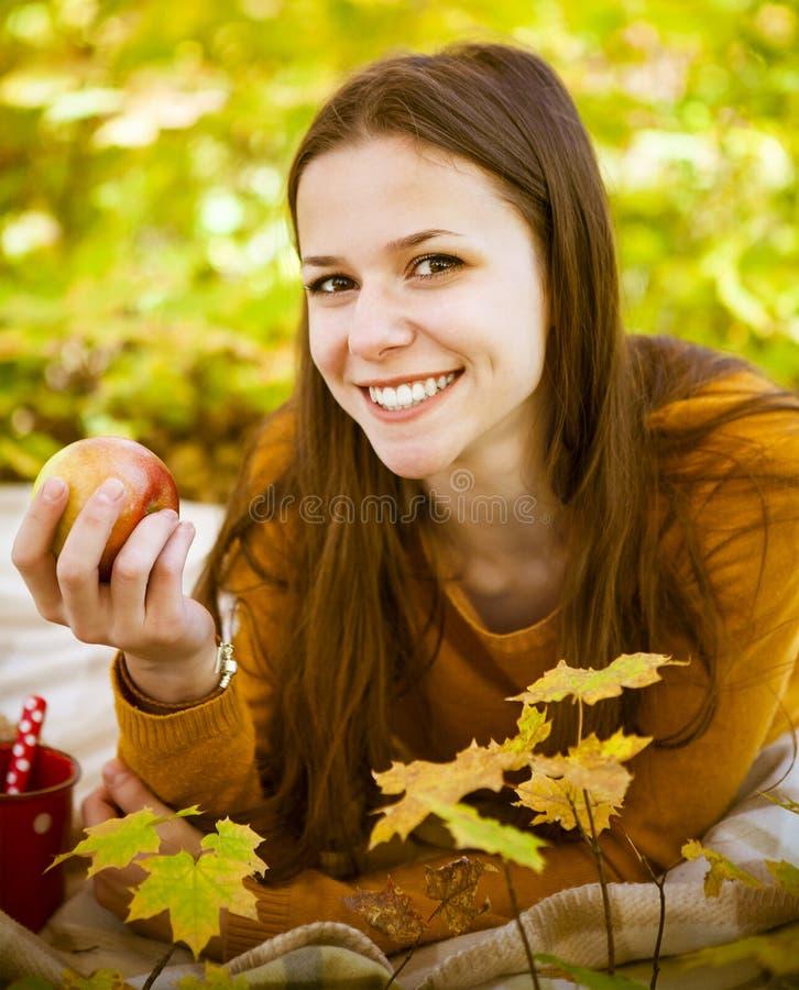 一个美丽的十几岁的女孩的画象获得乐趣在秋天公园 库存照片