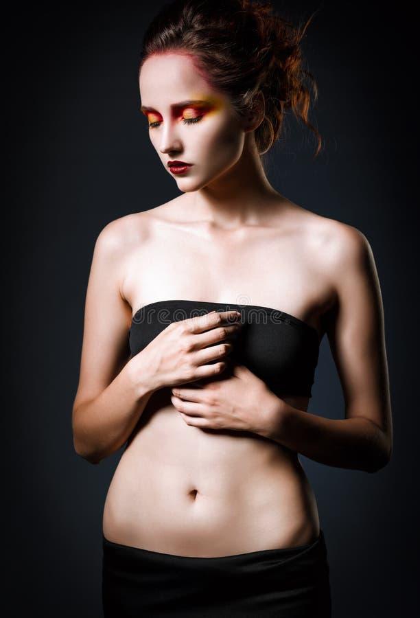 一个美丽的哀伤的红头发人女孩的剧烈的演播室画象 图库摄影