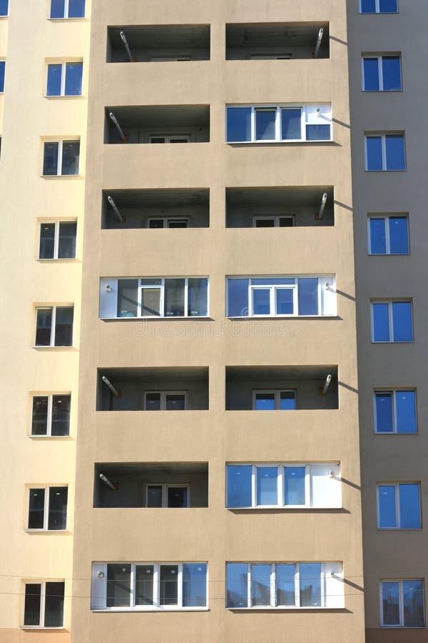 一个美丽的多层的现代大厦的门面与窗口和阳台特写镜头的 库存照片