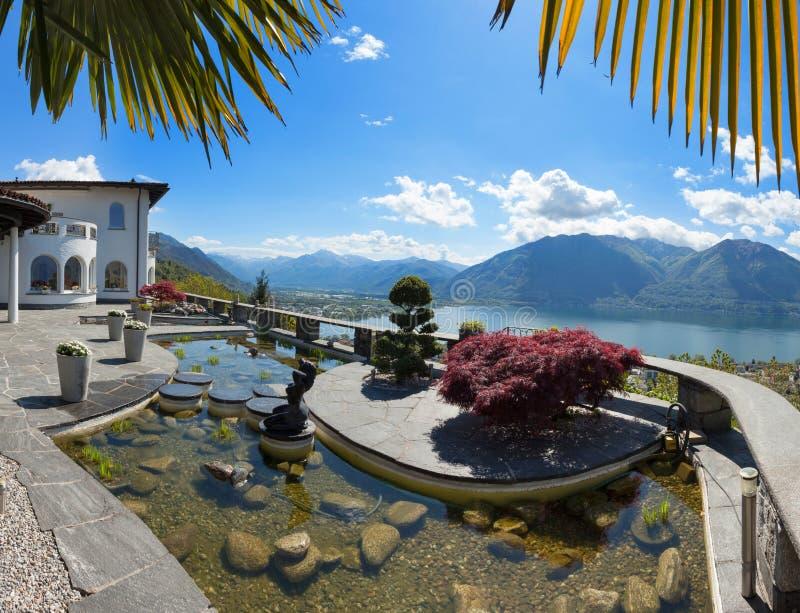 一个美丽的大阳台的池塘 免版税库存图片