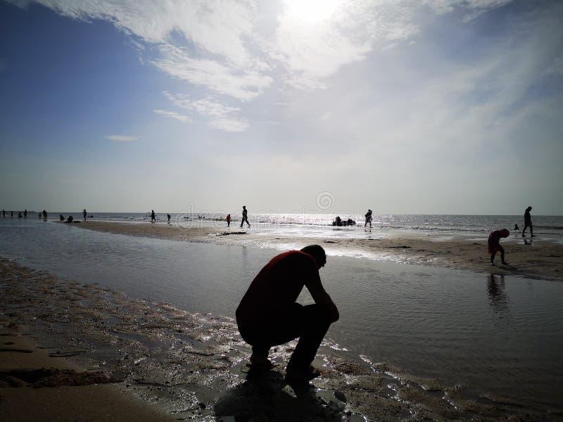 一个美丽的天空、海和剪影在泰国 与家庭的美妙的长的周末 免版税库存照片