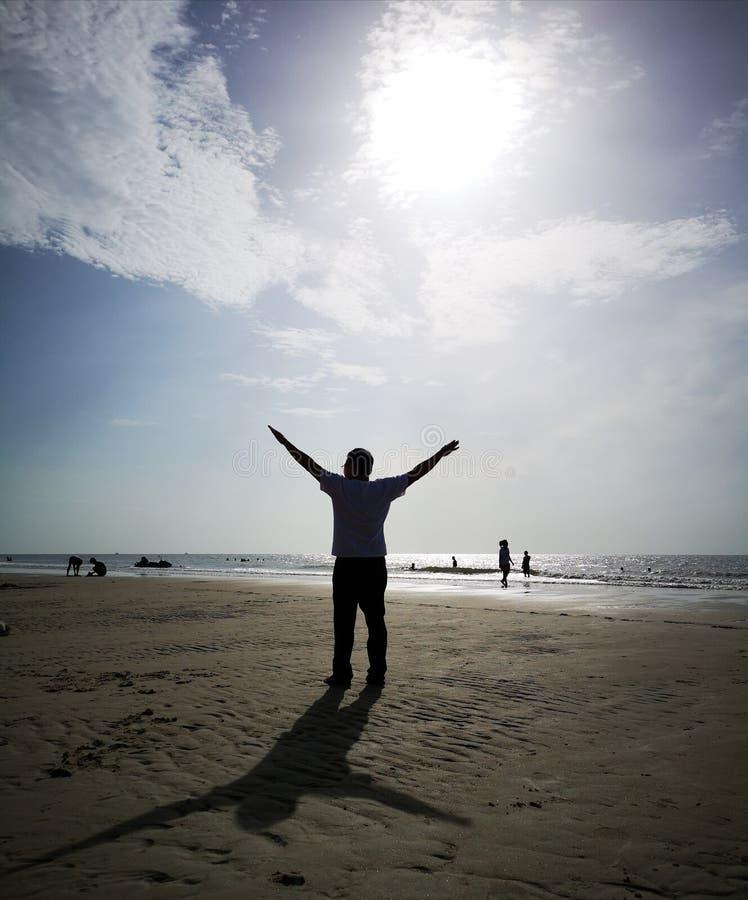 一个美丽的天空、海和剪影在泰国 与家庭的美妙的长的周末 免版税图库摄影