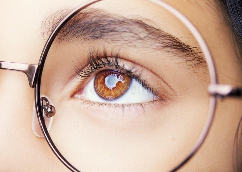 一个美丽的女孩佩带的玻璃的图象 关闭射击 免版税库存照片