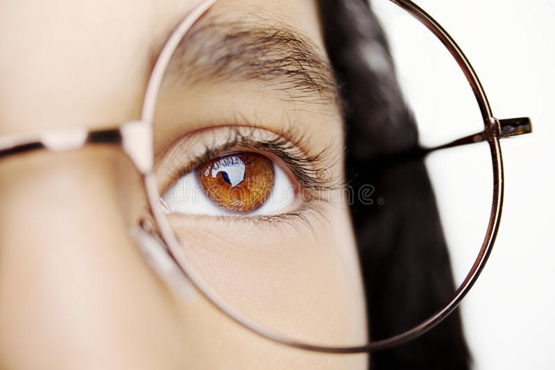 一个美丽的女孩佩带的玻璃的图象 关闭射击 库存图片