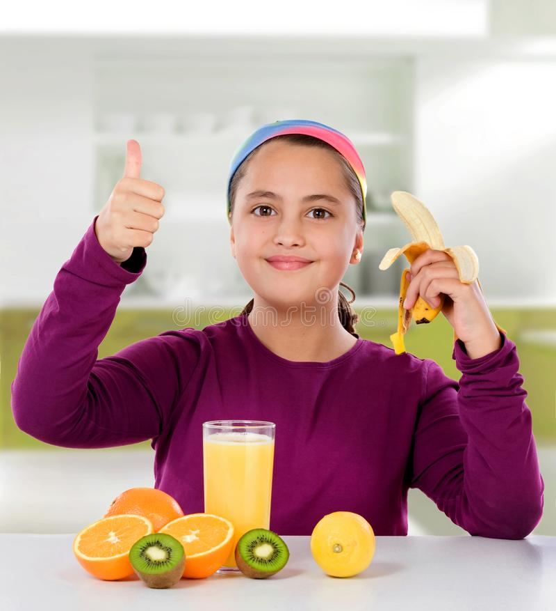 一个美丽的女孩的健康早餐 图库摄影