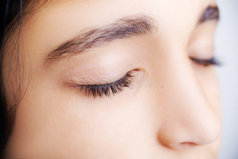 一个美丽的女孩的图象有她的眼睛的关闭了 免版税库存图片