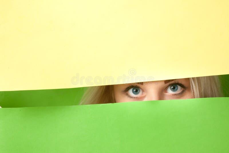 一个美丽的女孩的大蓝眼睛 免版税库存照片