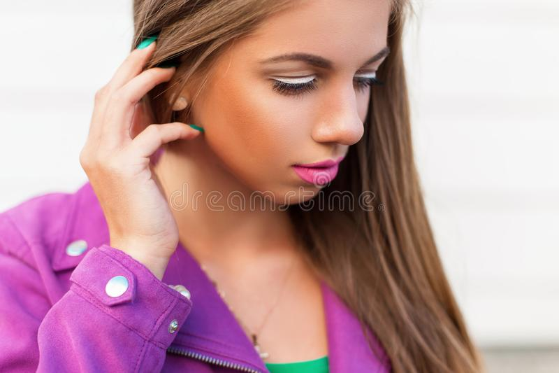 一个美丽的女孩的特写镜头画象在一个热的夏日 库存图片