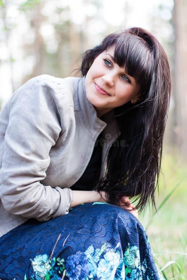 一个美丽的女孩的特写镜头画象在森林里 免版税库存图片