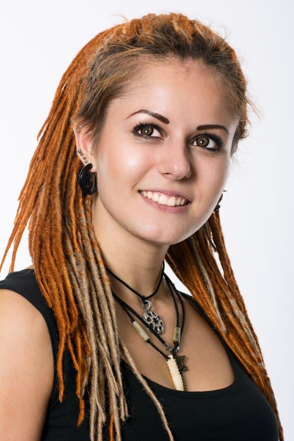 一个美丽的女孩的特写镜头画象有dreadlocks的 免版税图库摄影