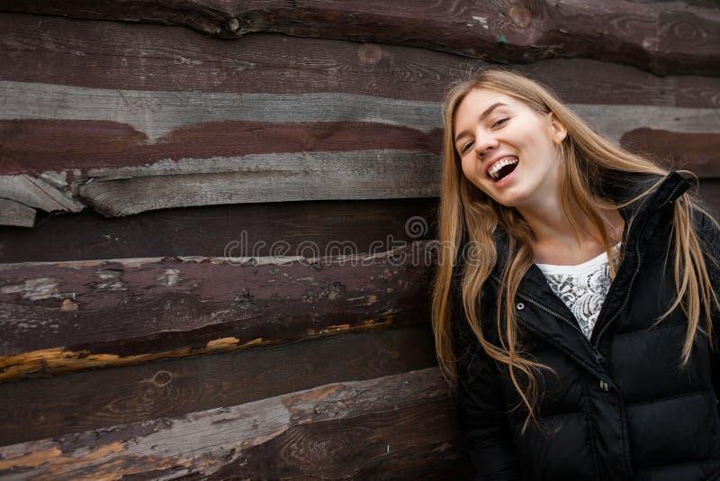 一个美丽的女孩的画象关于某事的作梦 在木背景 库存照片